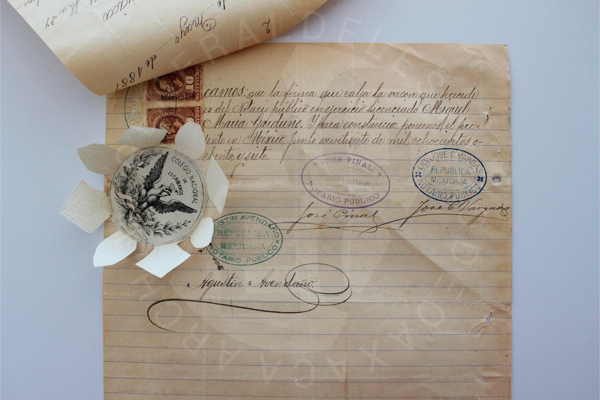 Símbolos de identidad en el papel.