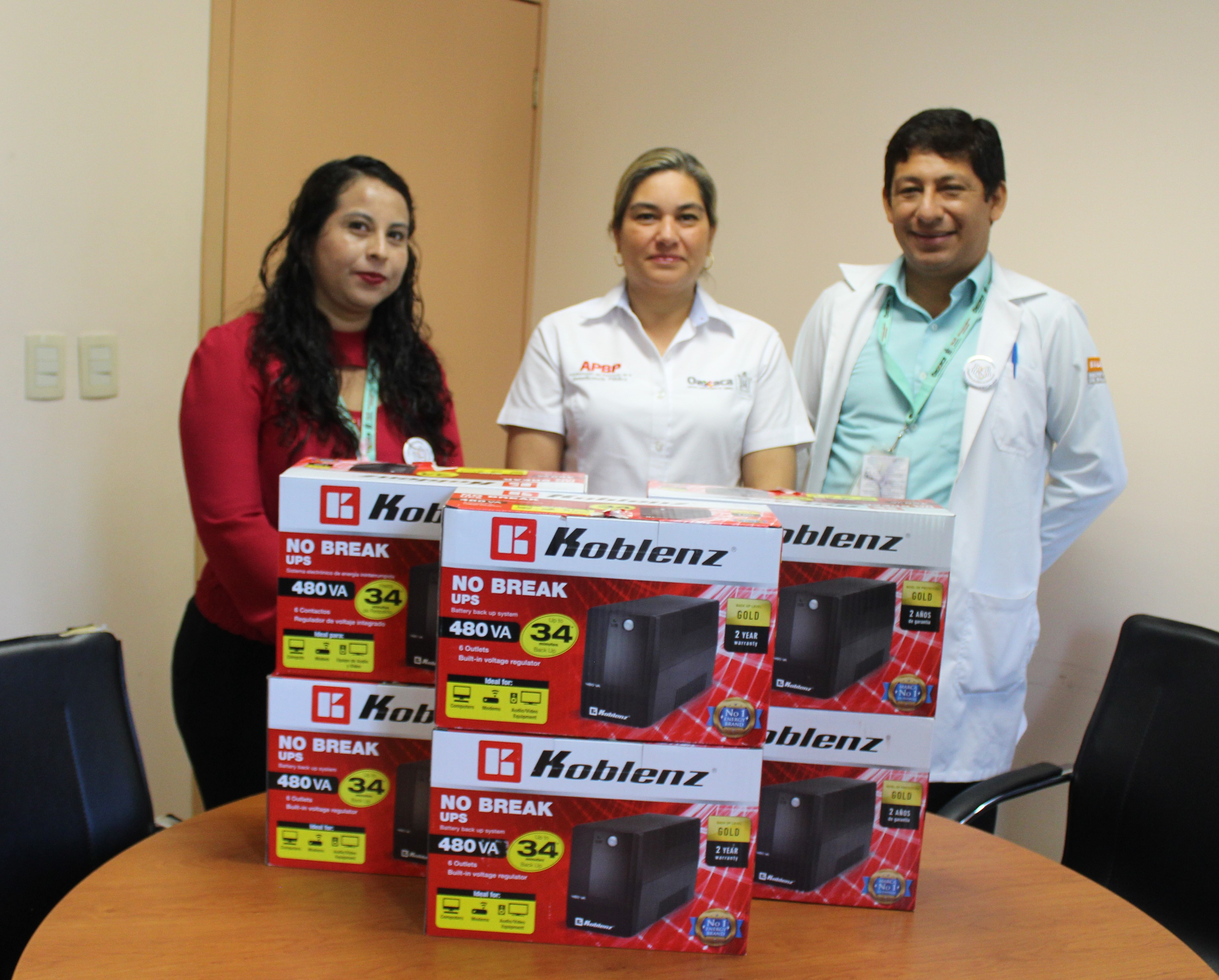 Entregando apoyos en el Hospital de la Comunidad de Río Grande