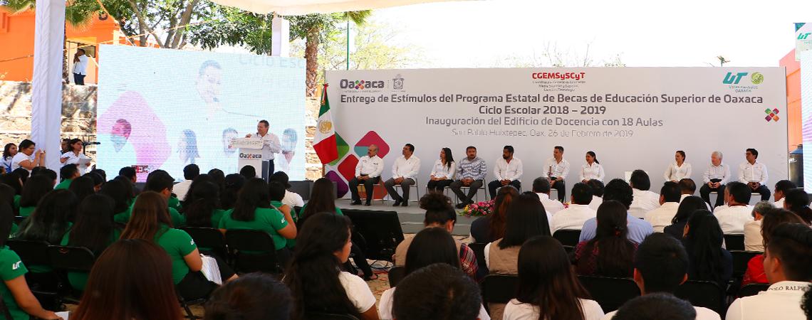 Entrega de estímulos del Programa Estatal de Becas de Educación Superior de Oaxaca