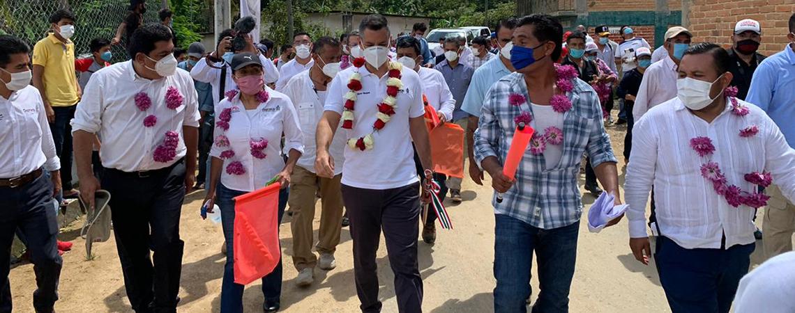 Alejandro Murat da banderazo a obras de agua y pavimentación en San Pablo Coatlán