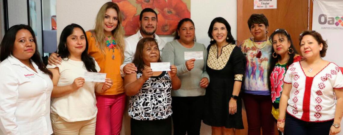 Entregan la SMO e ICAPET créditos del Programa Palabra de Mujer